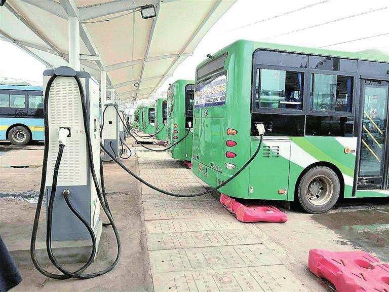 新能源公交车充电站投入使用