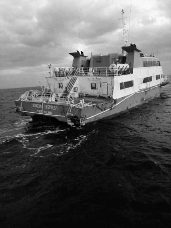 """王卫平告诉记者,""""这艘游艇宽约10米,长30-40米,三层结构,底层是机舱"""