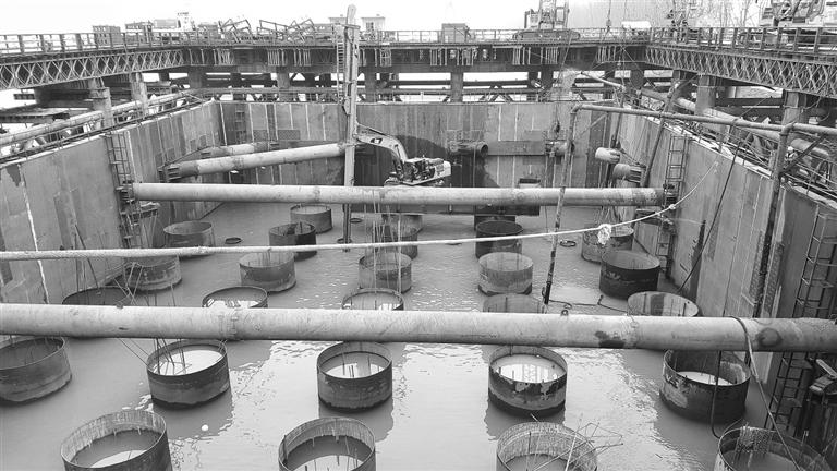 -->   鳊鱼洲长江大桥自开工以来,备受瞩目。主塔墩桩基施工进展顺利,更是以BIM模型为信息载体,搭建数字工地。大桥按两线350公里/时高铁、两线200公里/时客货预留线标准合建。大桥主塔采用H形混凝土结构,主航道桥为主跨672米双塔双索面钢箱混合梁斜拉桥布置形式,主跨及辅助跨采用钢箱梁,边跨采用混凝土箱梁,是我国目前跨度最大的铁路钢箱混合梁斜拉桥。   潜水员在伸手不见五指的水下打捞石块   1月28日,浔阳晚报记者一行来到鳊鱼洲长江大桥5#墩的施工现场,项目正在如火如荼地建设中。由于5#墩围